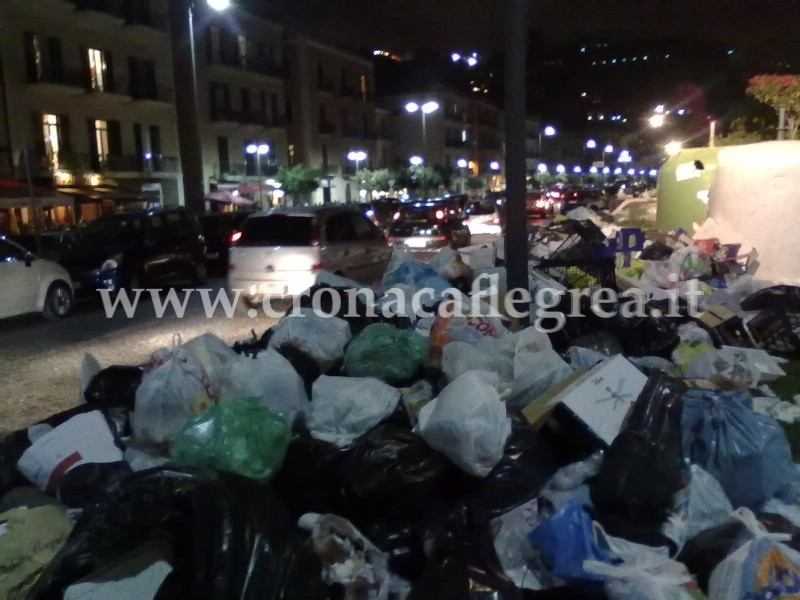 Montagne di rifiuti a via Napoli