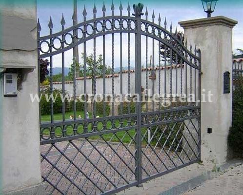 Rubano cancello di ferro da parco e lo portano via a - Cancelletto giardino ...