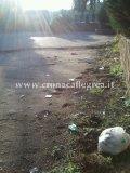 Sacchetti di rifiuti abbandonati a terra