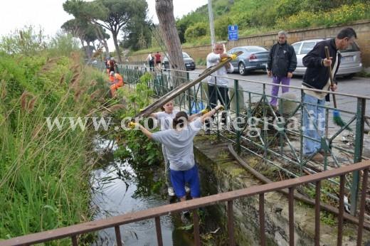 Pozzuoli volontari e comune ripuliscono il lago d averno for Scaldabagno di plastica