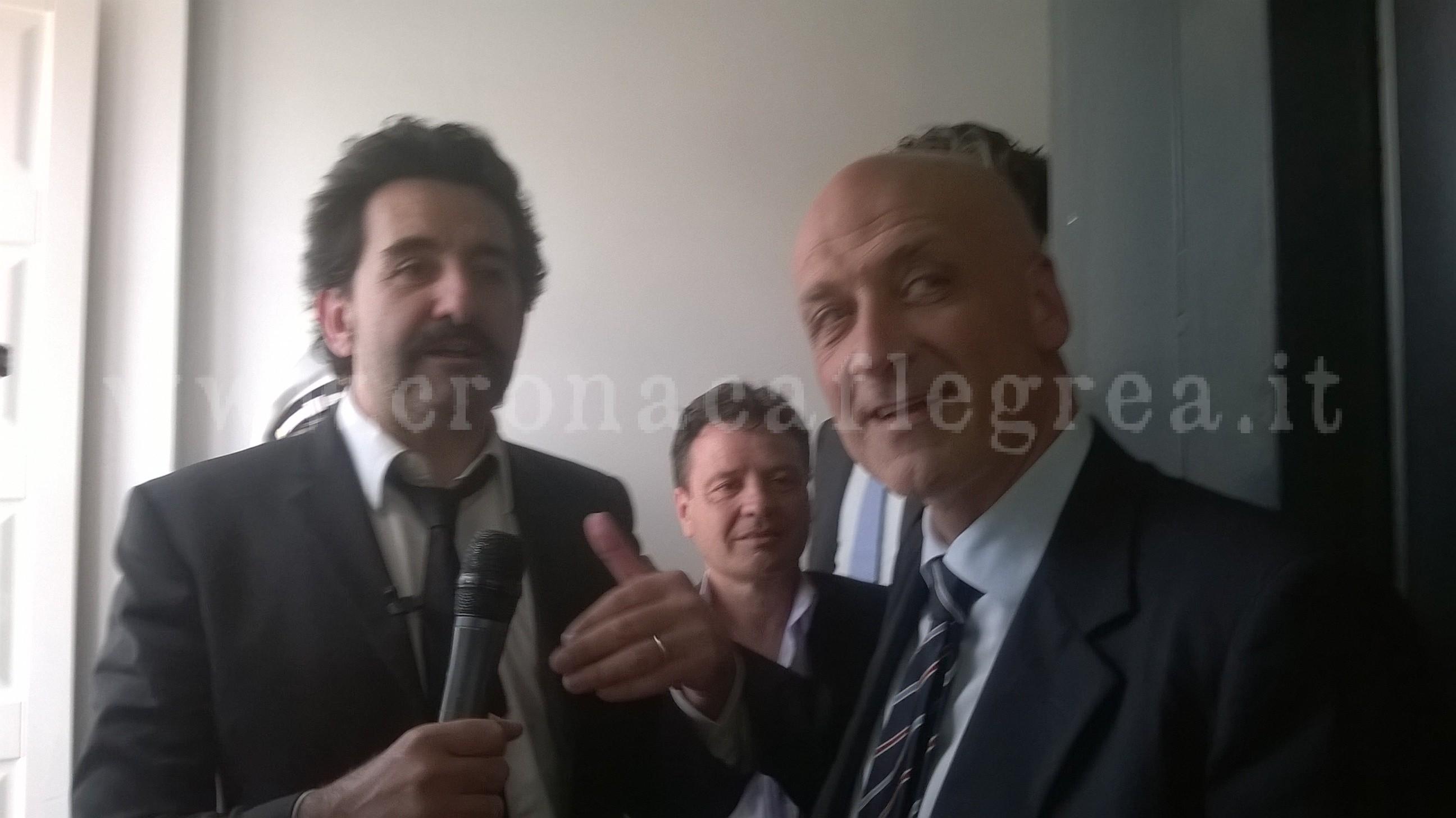 """L'inviato de """"Le Iene"""" insieme al Sindaco di Pozzuoli Vincenzo Figliolia"""