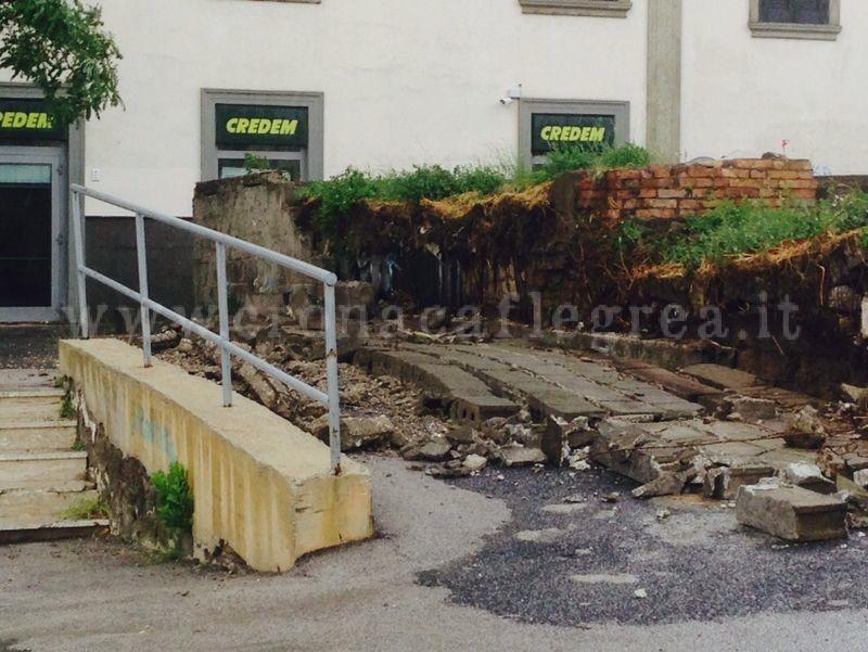 Il muro crollato in via Marconi nei pressi della banca Credem
