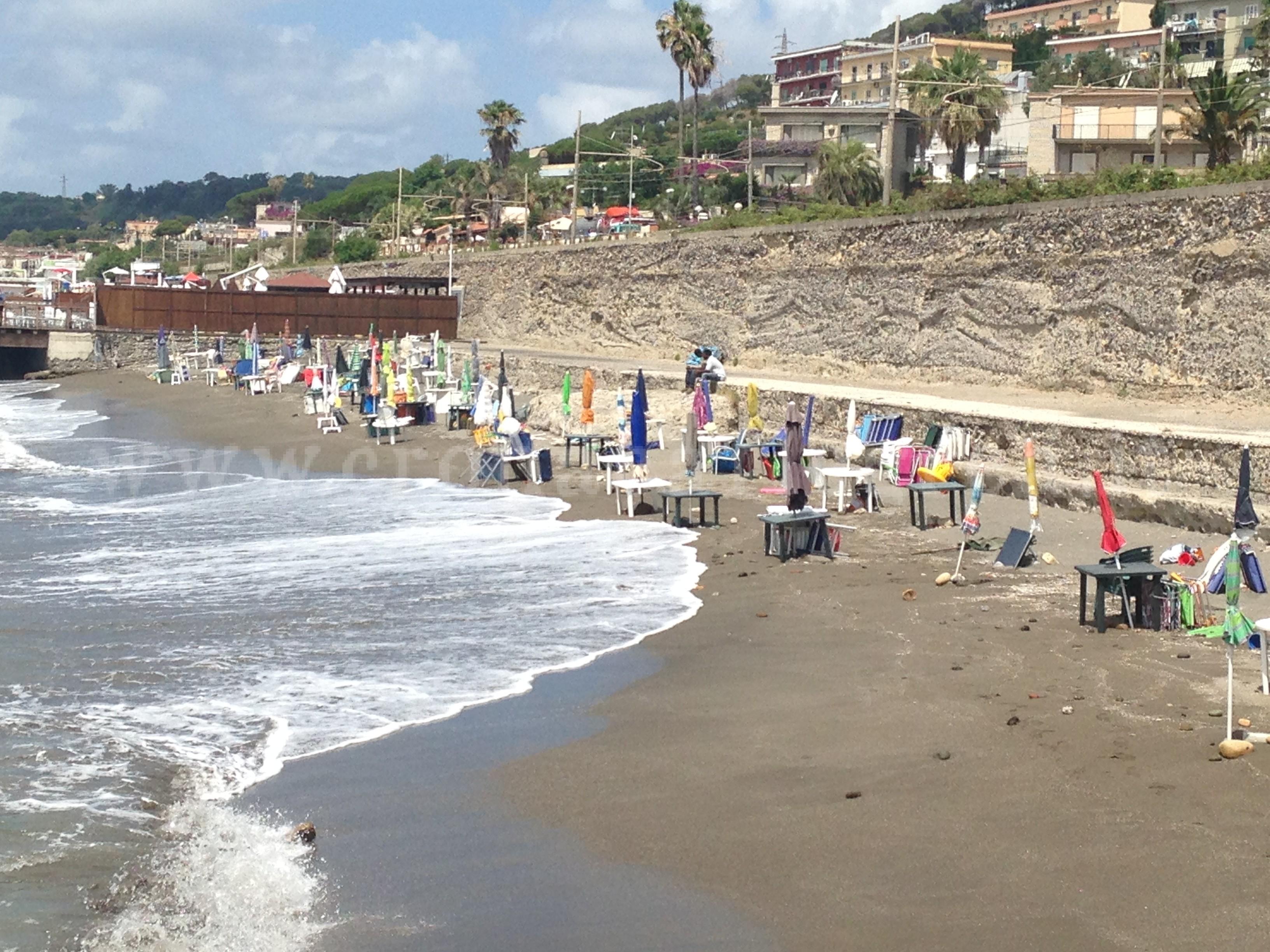 Matrimonio Spiaggia Pozzuoli : Pozzuoli spiaggia libera occupata abusivamente