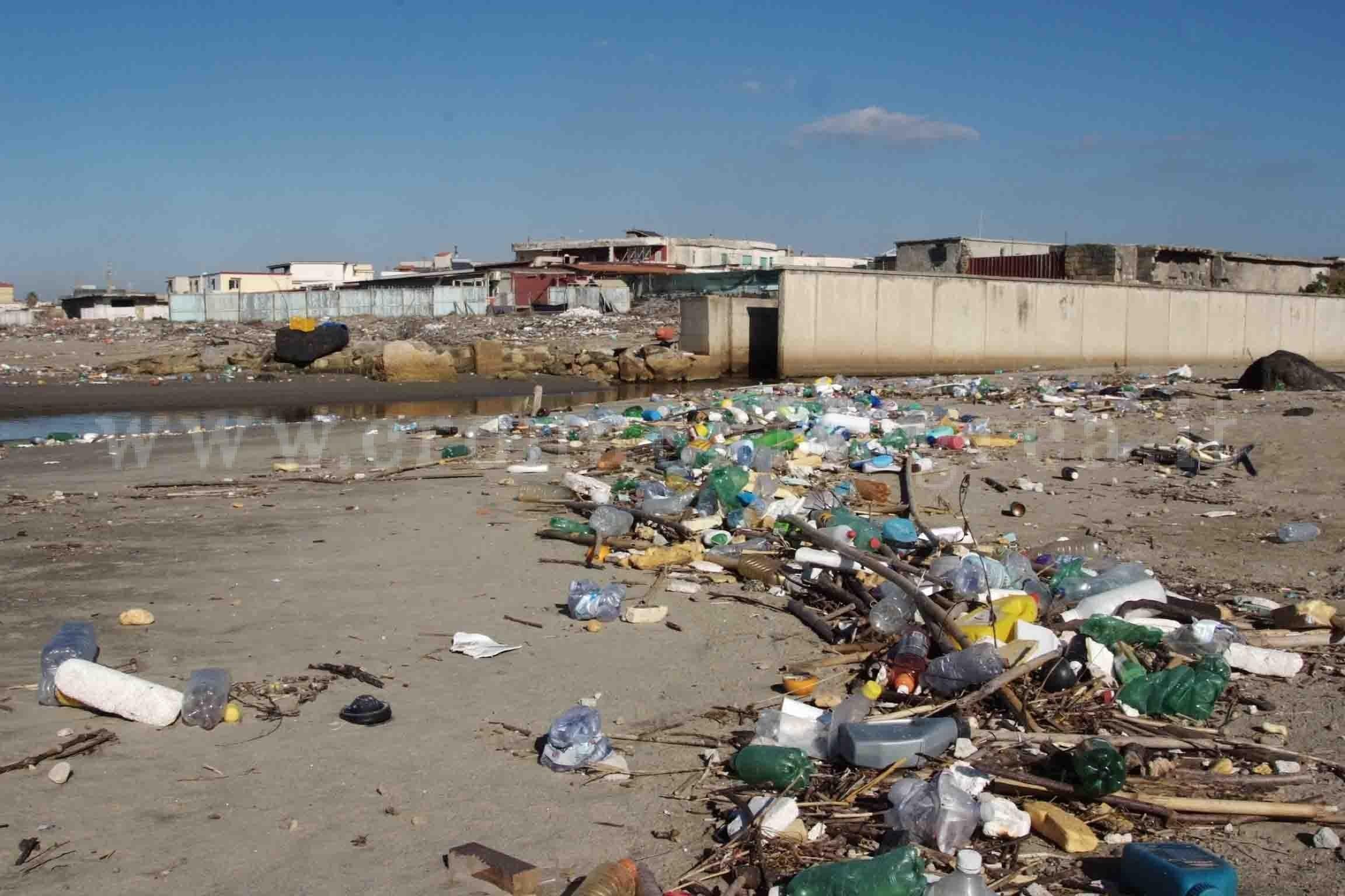 Matrimonio Sulla Spiaggia Bacoli : Pozzuoli scempio a licola mare rifiuti ospedalieri