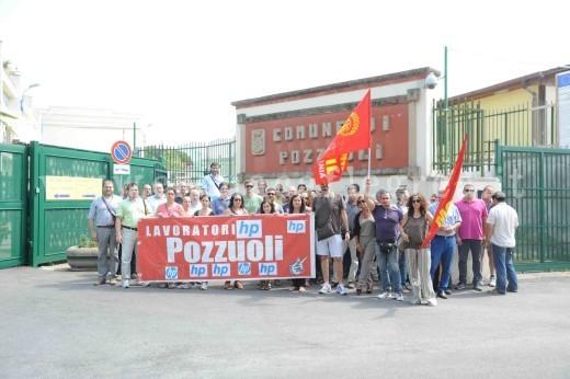 La delegazione fuori i cancelli del Comune di Pozzuoli