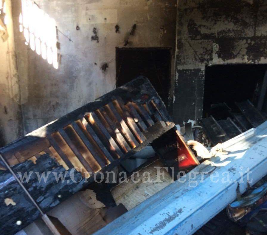 Pozzuoli incendio distrugge un deposito al rione toiano for Piano di deposito